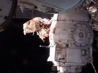 """Российские космонавты вышли в открытый космос с ножом, чтобы приблизиться к разгадке образования дырки в корабле """"Союз"""""""