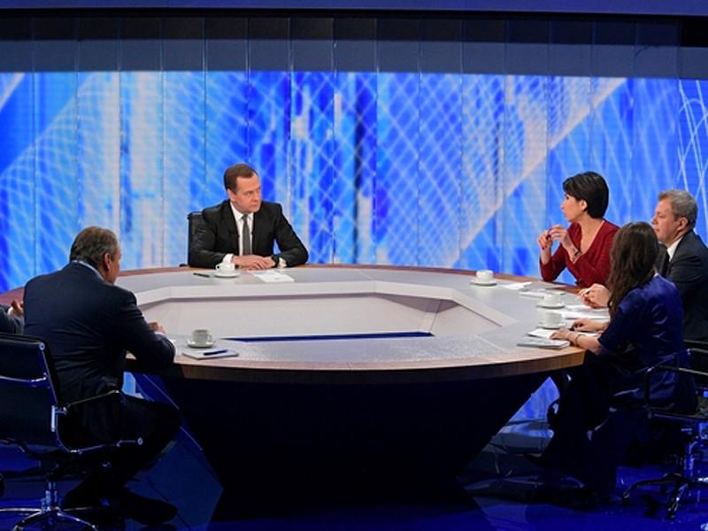 Премьер-министр РФ Дмитрий Медведев 6 декабря дал интервью российским телеканалам, где в прямом эфире ответил на вопросы журналистов