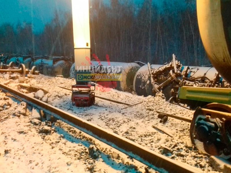 В Омской области сошли с рельсов 35 вагонов поезда с военной техникой