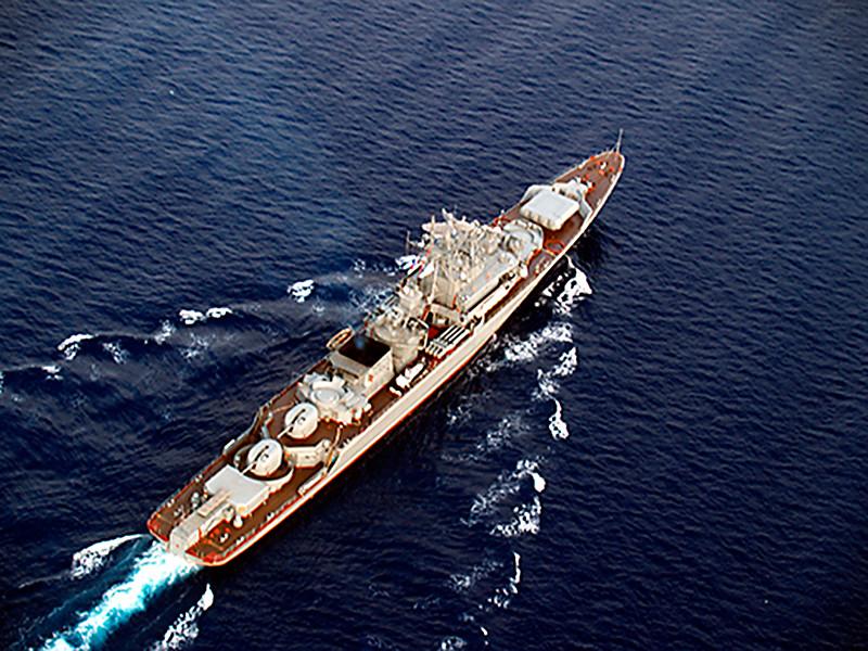 """Действия десантного корабля США в Черном море контролирует сторожевик """"Пытливый"""", заявили в Минобороны РФ"""