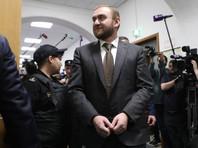 Суд в закрытом режиме отправил Арашукова под арест на 2 месяца. Сенатор потребовал переводчика с русского
