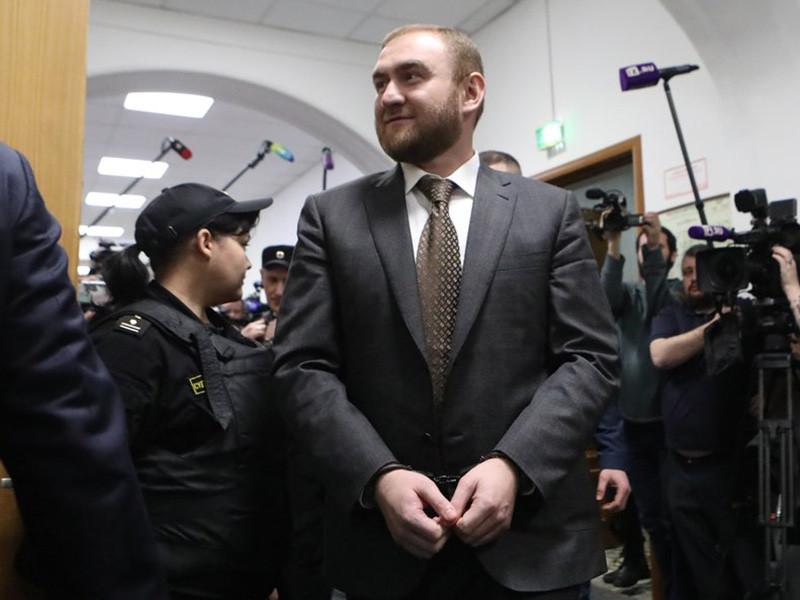 Басманный районный суд Москвы в закрытом режиме рассмотрел ходатайство следствия об аресте члена Совета Федерации Рауфа Арашукова, обвиняемого в участии в организованном преступном сообществе (ОПС) и убийствах