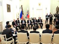 Переговоры продолжались более трех часов, после чего лидеры выступили с заявлениями для СМИ