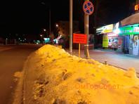 Жители Омска пристыдили власти за сугробы неуловимыми билбордами по рецепту оскароносного фильма (ФОТО)