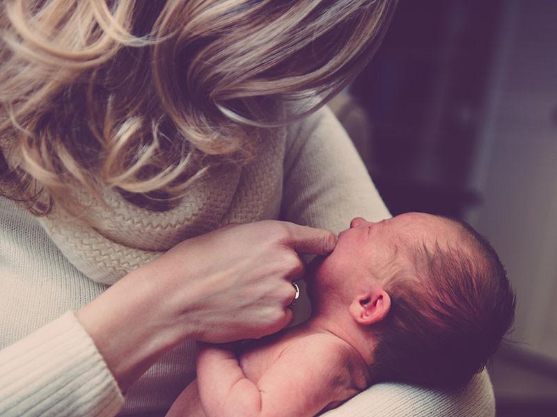 В Новгородской области 23 января был принят закон, который устанавливает дополнительные выплаты женщинам, родившим первого ребенка. Но чтобы получить деньги, они должны действовать быстрее: маткапитал положен только тем, кто младше 30 лет