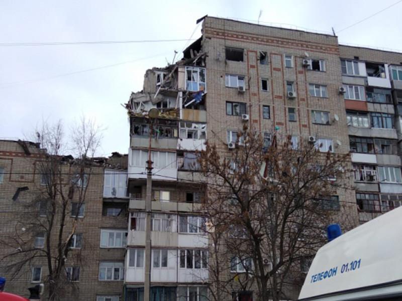 Спасатели при разборе завалов на месте взрыва в жилом доме в Шахтах в Ростовской области обнаружили тело женщины. Ранее сообщалось об одной погибшей
