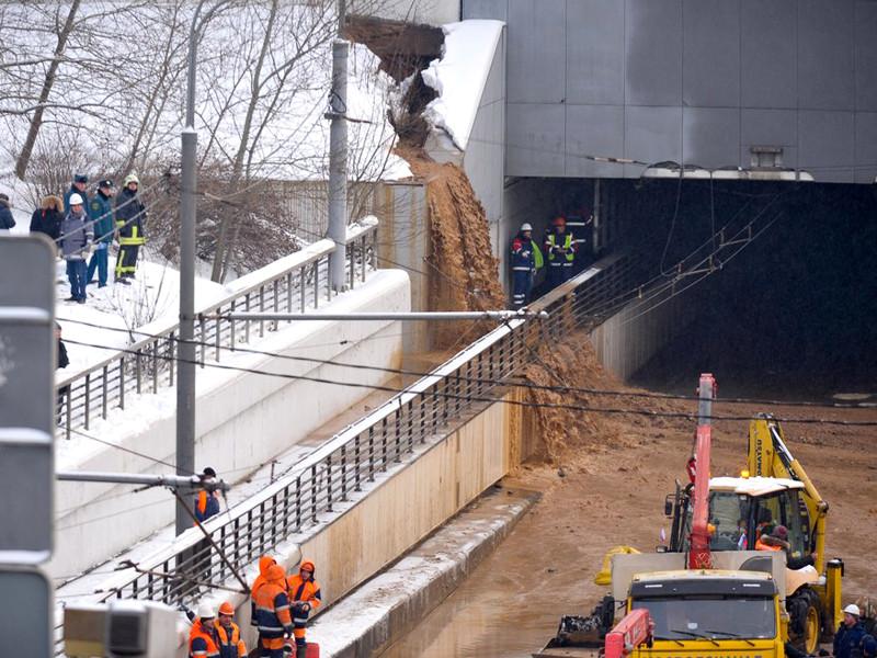 Утром 10 января произошел провал грунта в шлюзе N8 Канала имени Москвы около Тушинского тоннеля, из-за этого вода хлынула на проезжую часть