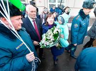 На улице семью Фокиных встретили сотрудники скорой помощи и МЧС и вручили матери мальчика цветы