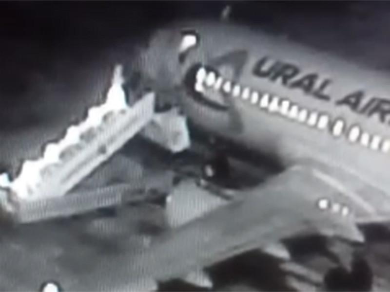 Пять человек пострадали в результате падения с трапа при посадке в самолет в Барнауле, трое из них госпитализированы. Сообщение об этом размещено на сайте пресс-службы министерства транспорта Алтайского края