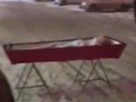 В Самаре женщина принесла гроб с телом бывшего мужа к зданию правительств региона, после того как не смогла похоронить умершего на кладбище из-за требований местных работников заплатить 50 тысяч рублей
