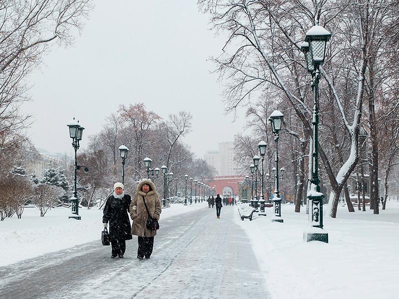 Москву сказочно окутало снегом, но погода обманчива и опасна, предупредили в МЧС