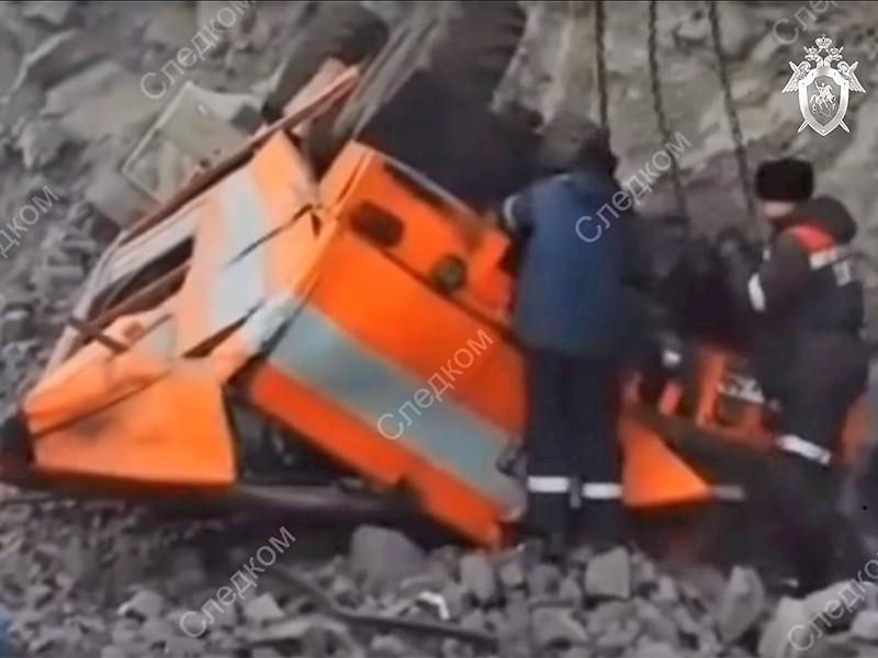 """В Кемеровской области шесть человек погибли в результате ДТП с """"КамАЗом"""", упавшим с обрыва"""