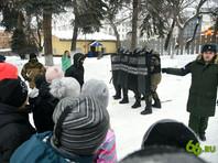 """Для школьников Екатеринбурга во время торжественного зачисления в ряды Юнармии организовали показательные выступления, в ходе которых военная полиция """"разогнала демонстрантов"""""""