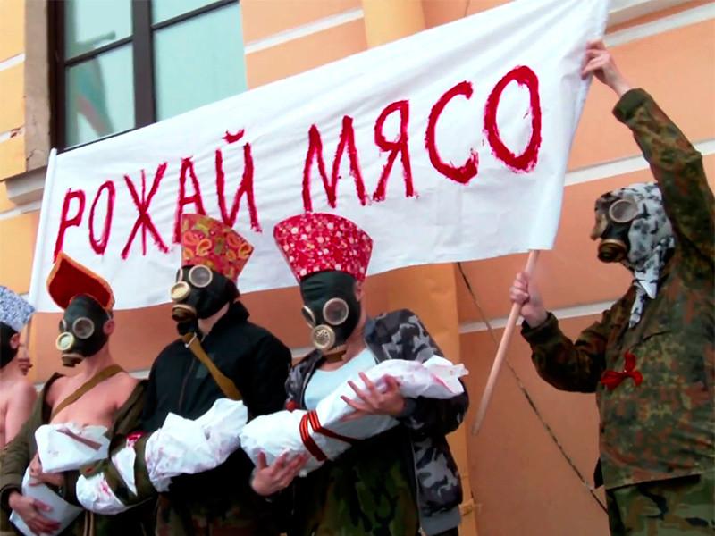 В Петербурге полуобнаженные феминистки со свертками сырого мяса устроили акцию против обязательной службы в армии