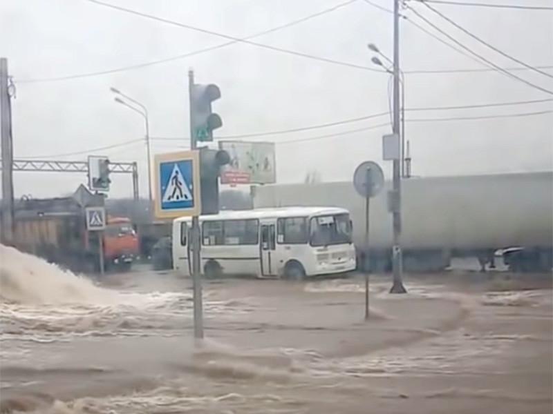 Авария на водоводе диаметром 1000 мм произошла в Воронеже, из-за нее отключено холодное и горячее водоснабжение у порядка 290 тыс. жителей Коминтерновского района