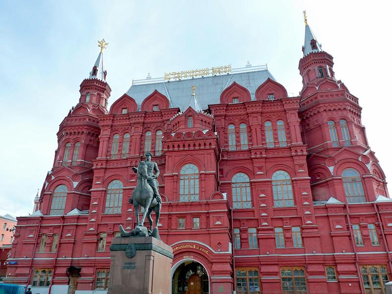"""Группа неизвестных повесила собственную картину на выставке """"Николай II. Семья и престол"""" в Государственном историческом музее в Москве"""