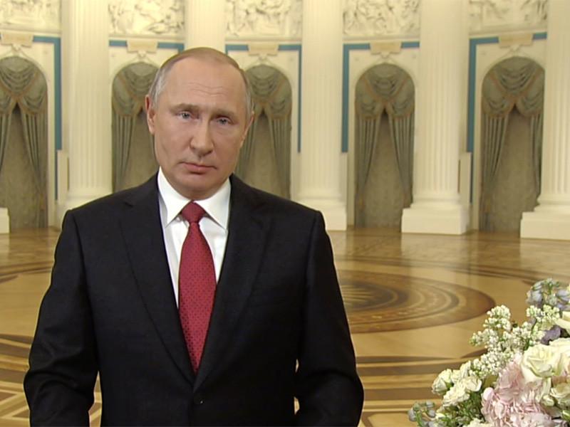 Путин поздравил россиянок с 8 Марта, отметив связь материнства и традиционных скреп
