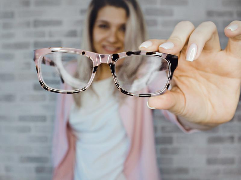 Близорукость приобретают от 30% до 50% учащихся ко времени окончания школы, и в дальнейшем они вынуждены носить очки в течение всей жизни, выяснили эксперты Роспотребнадзора по итогам гигиенических исследований