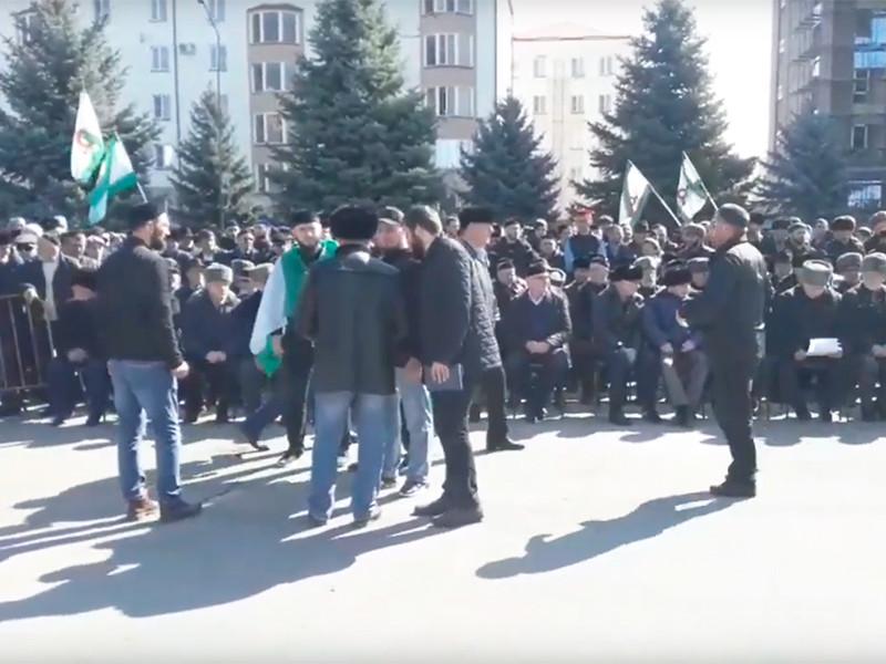 Тысячи людей собрались в Магасе на митинг против закона о референдуме и потребовали отставки Евкурова