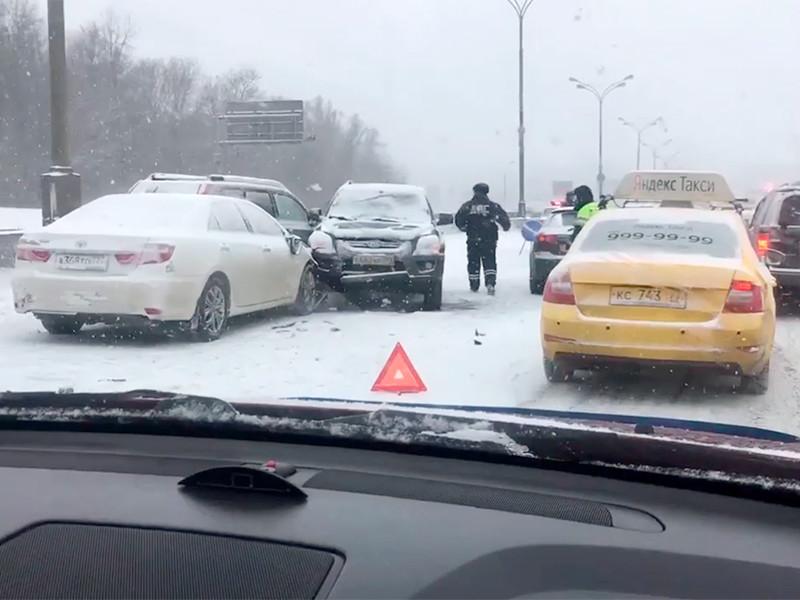 Из-за сильного снегопада на МКАДе столкнулись десятки автомобилей