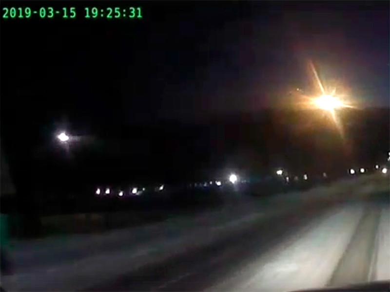 Автомобильный видеорегистратор снял полет ярко светящегося объекта в небе над Эвенкией (Красноярский край). Инцидент произошел вечером 15 марта недалеко от поселка Тура