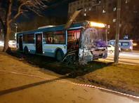 В Москве рейсовый автобус наехал на препятствие, 10 человек пострадали