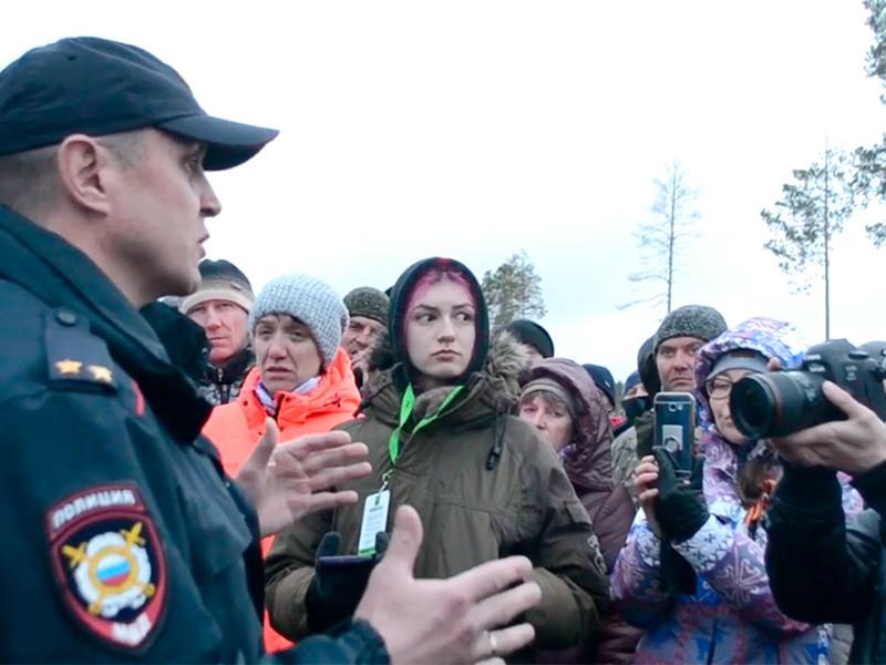 В Архангельской области местные жители и приезжие активисты блокируют попытки проникновения бензовозов с топливом для строителей мусорного полигона на станции Шиес в Ленском районе
