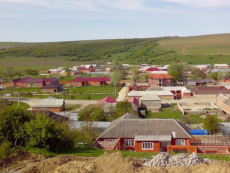 Жители селения Хоси-Юрт (Центарой) начали демонтаж своих домов близ родового поместья Рамзана Кадырова, поскольку власти решили расширить парк в центре села