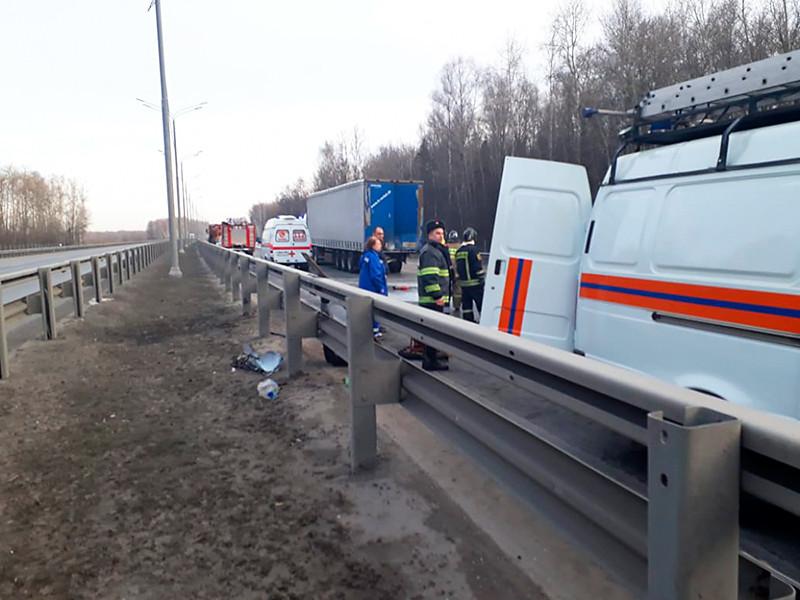 Шесть человек погибли в Подмосковье при столкновении микроавтобуса Mercedes и фуры Scania утром 4 апреля