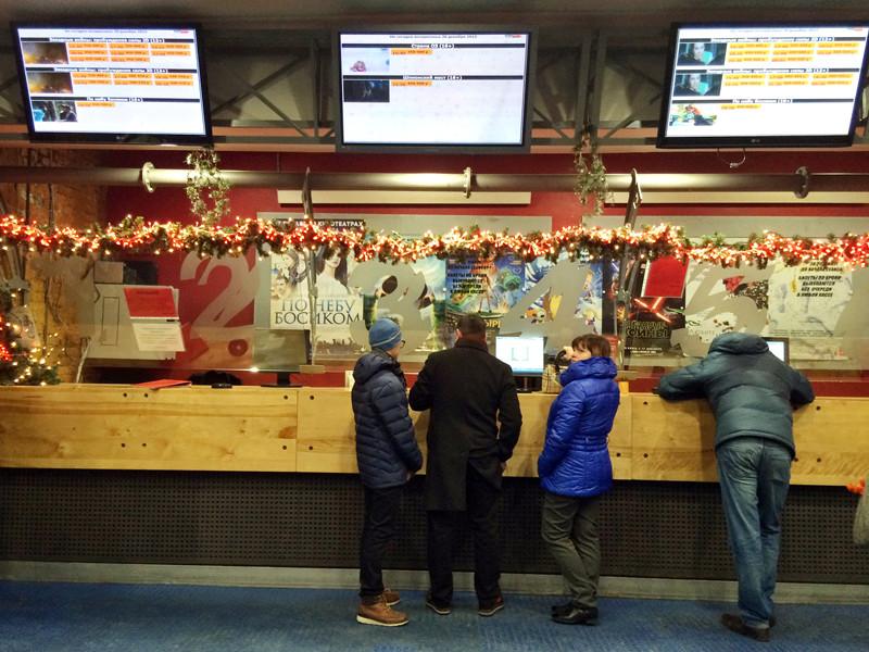 Госдума приняла во втором чтении правительственный законопроект, дающий, в частности, право кассирам и контролерам в кинотеатрах спрашивать у посетителей паспорт