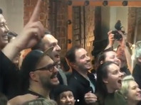 """Зрители """"Гоголь-центра"""" встретили овациями режиссера Серебренникова, вышедшего на сцену впервые после домашнего ареста (ВИДЕО)"""
