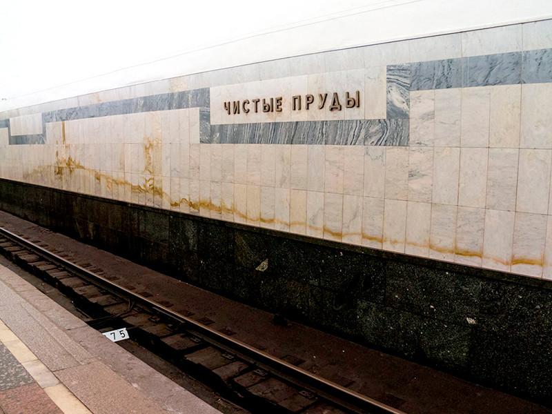 """Источник в экстренных службах уточнил, что в тоннеле у станции """"Чистые пруды"""" кабель был обесточен, тление погасили, задымление ликвидировали, угрозы для пассажиров нет  Подробнее: https://www.newsru.com/russia/07apr2019/mskmetro.html"""