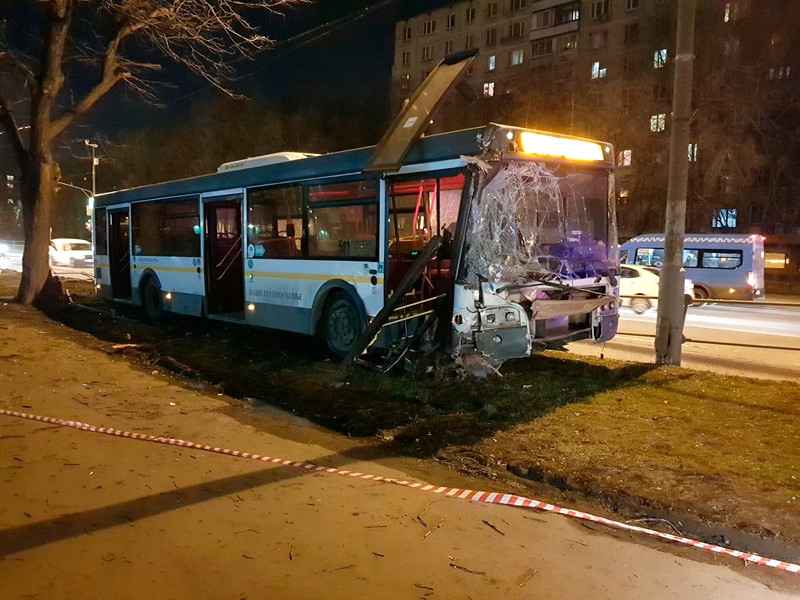 Последствия ДТП с участием рейсового автобуса в районе д. 32 на ул. Молдагуловой