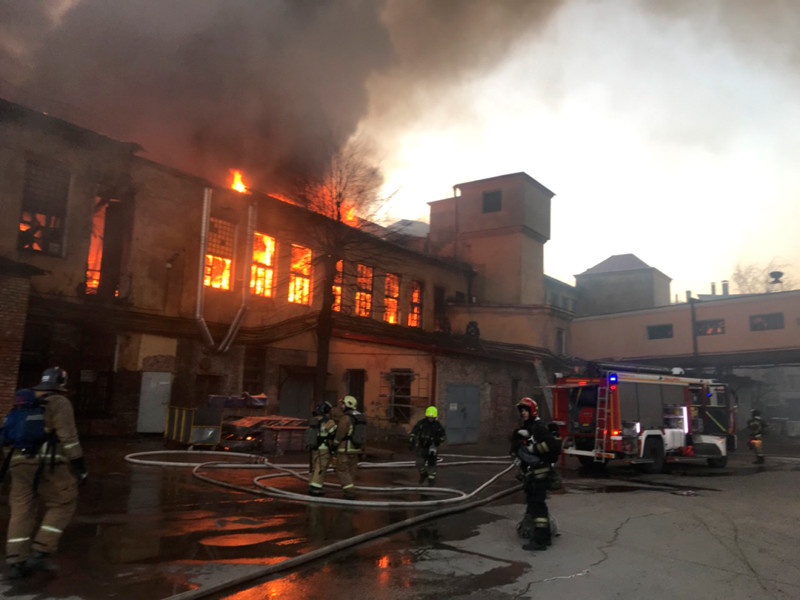 """Пожар на комбинате """"Красная нить"""" в Петербурге распространился на 200 кв. м"""