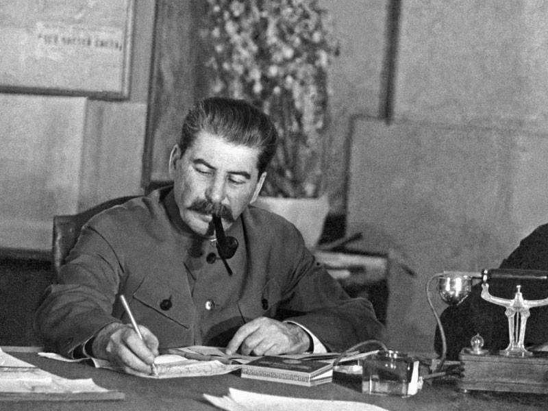 """Суммарный уровень положительного отношения россиян к фигуре Иосифа Сталина достиг максимального показателя за все годы исследований, показал мартовский опрос """"Левада-Центра"""""""