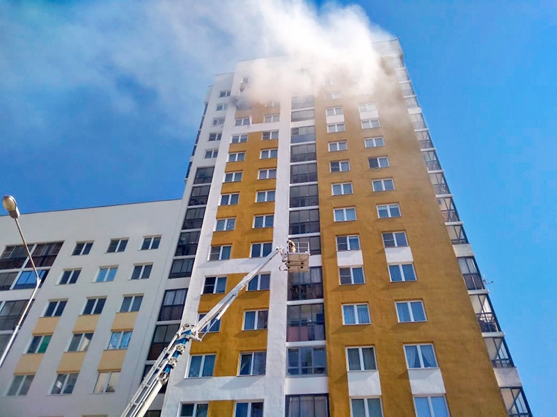 В многоэтажном доме в Екатеринбурге прогремел взрыв, пострадали два человека