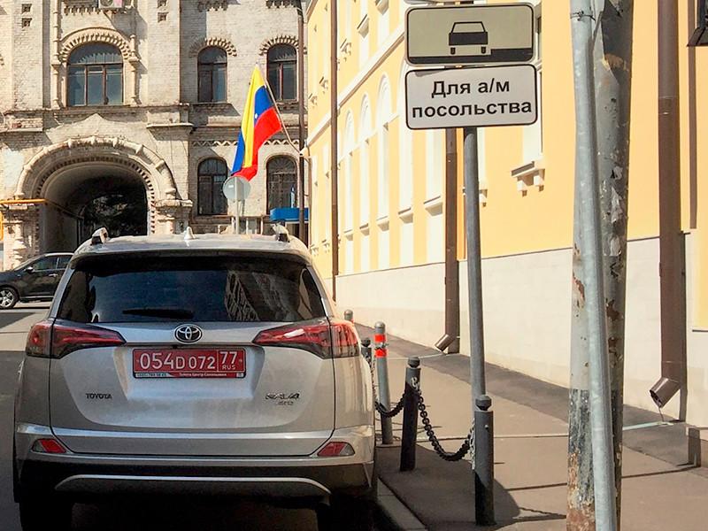 Неизвестный мужчина с палкой в руке залез на крышу посольства Венесуэлы в Москве
