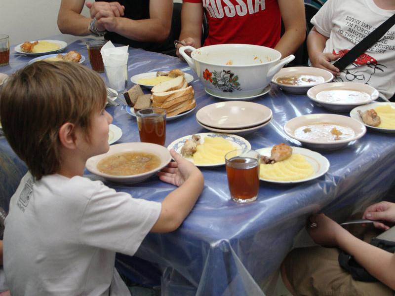"""Компания """"Комбинат дошкольного питания"""", связанная с бизнесменом Евгением Пригожиным, которого называют """"поваром Путина"""", получила еще четыре контракта на поставку питания в московские школы и детские сады на общую сумму более 4 млрд рублей"""