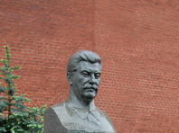 """В Новосибирске у здания обкома КПРФ установили памятник Иосифу Сталину, сообщает портал """"Новосибирск онлайн"""". Официально бюст планируется открыть днем 9 мая во время празднования Дня Победы"""