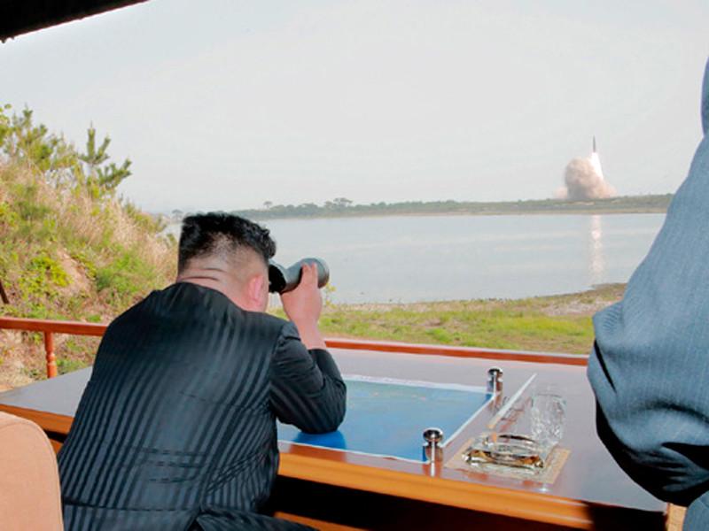 Ким Чен на испытаниях ракет малой дальности, 4 мая 2019 года