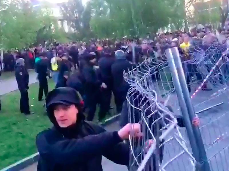 Вторая акция против храма в Екатеринбурге прошла агрессивнее: около 30 задержанных, трое в больнице. В сквере ставят забор покрепче