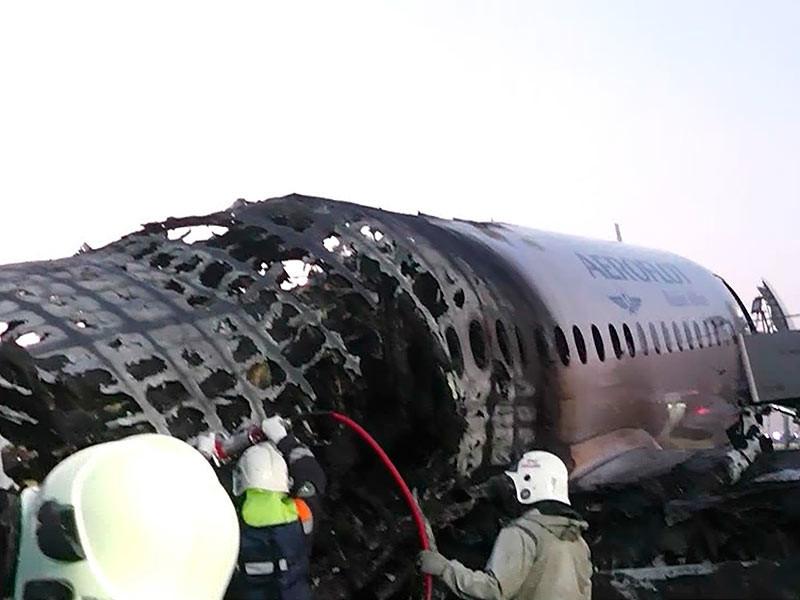 """""""Коммерсант"""" опубликовал реконструкцию катастрофы самолета SSJ-100 компании """"Аэрофлот"""", сгоревшего 5 мая после аварийной посадки в аэропорту Шереметьево"""
