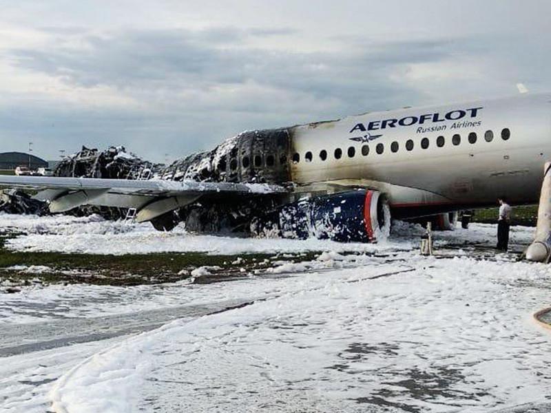 """Оперативные службы извлекли тела всех погибших из фюзеляжа самолета """"Сухой Суперджет 100"""", загоревшегося при аварийной посадке в аэропорту Шереметьево"""