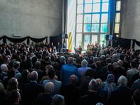 В пятницу, 17 мая, сотни человек пришли на публичное прощание с журналистом в ритуальном зале на Троекуровском кладбище