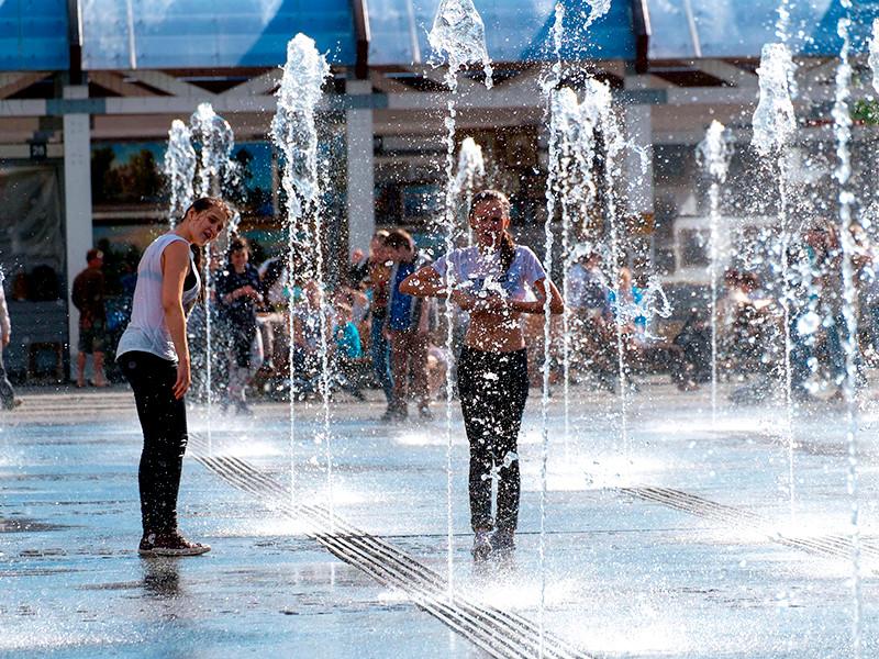По прогнозу Гидрометцентра, в понедельник воздух прогреется до 21-23 градусов, осадков не ожидается. Во вторник в Москве ожидается до 27, по области до 28 градусов выше ноля. В среду температура воздуха может подняться до 30-32 градусов. Такая жара сохранится в Москве и Подмосковье в четверг
