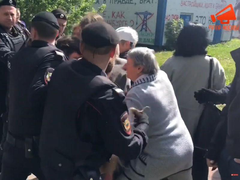 Полиция в Москве жестко разогнала противников стройки под окнами домов