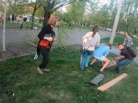 В Екатеринбурге протестующие повалили забор вокруг сквера, который вырубят ради строительства храма