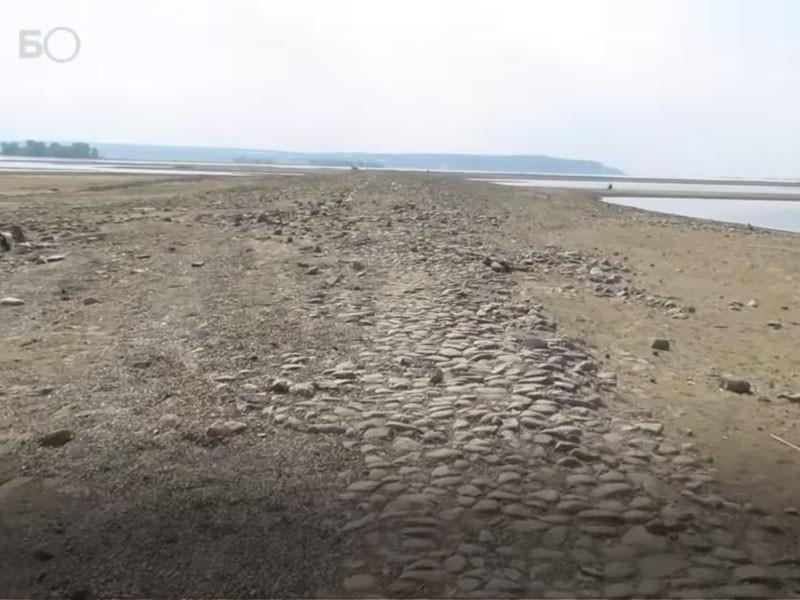 Обмелевшая Волга обнажила древний мощеный тракт под Казанью
