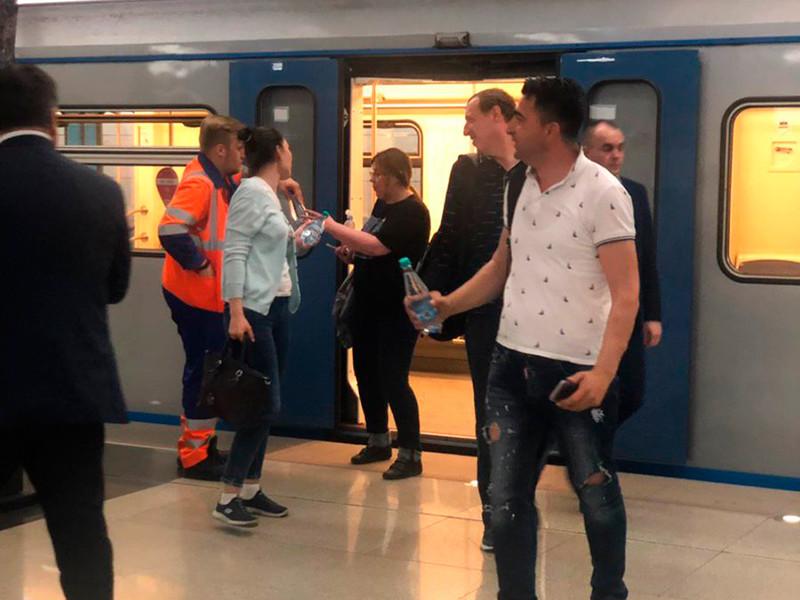 """В московском метро объяснили, почему эвакуация пассажиров из застрявших поездов заняла 3,5 часа и назвали версии """"нетипичного"""" ЧП"""