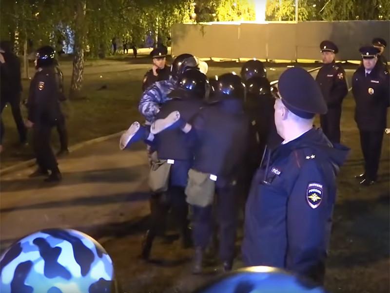 Закончился третий день противостояния в сквере у Театра драмы в Екатеринбурге, где собираются построить храм Святой Екатерины. Периметр будущей стройки с 13 мая окружен забором, полицией и охранниками